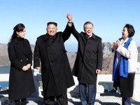 """""""Parmak kalp' yapmaya çalışan Kim: Yapamıyorum ben böyle"""