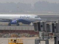 Hindistan'da telefonunu şarj etmek için kokpite girmeye çalışan yolcu uçaktan atıldı
