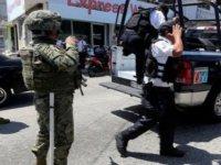 Bütün şehir alarmda: Tüm polislerin silahlarına el koydular.