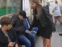 Metroda bacaklarını açarak oturan erkeklerin üzerine çamaşır suyu döktü