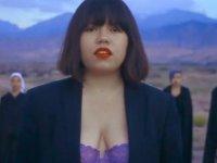 Sütyenli klip çeken Kırgız şarkıcı: Ölüm tehditleri alıyorum