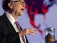 Bill Gates sahneye insan dışkısıyla çıktı