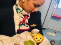 Annenin sütü bitti, bebeği hostes emzirdi