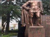 Atatürk Anıtı'na baltayla saldırdı!