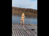 Gölün buz tutmuş yüzeyini kırmak isterken sakatlandı (VİDEO)