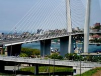 Yaya geçişine kapalı köprüyü otobüs kılığına girerek geçmeye çalıştılar (video)