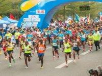 250'ye yakın maratoncu çalıların arasından rakiplerinin önüne geçti