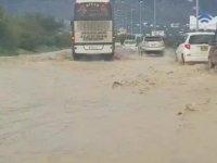 Lefkoşa-Girne anayolunda trafik, su birikintilerinden dolayı tek şeritten veriliyor