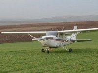 İki kişinin hayatını kaybettiği uçak kazası anı kaydedildi (Video)