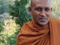 Ormanda meditasyon yapan Budist rahibi leopar yedi