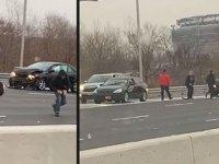 Yola saçılan paraları toplamak için araçlarından inen sürücüler trafik kazasına neden oldu (video)