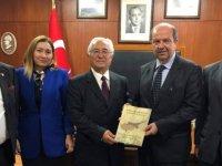 Erişen kitabını Tatar ve Töre'ye sundu