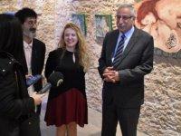 """Mahpeyker Yönsel'in """"İlk Günah"""" adlı sergisi Girne Belediyesi Sanat Galerisi'nde devam ediyor"""
