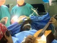 Açık beyin ameliyatı olurken gitar çaldı