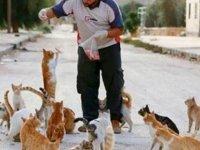 Savaşın ortasında kedileri kurtarmak için kalıyor