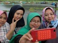 500'e yakın kişinin tsunami faciasında öldüğü Endonezya'da zafer işaretli 'afet selfie'si