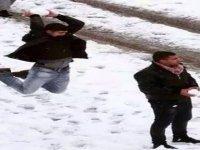 """""""Kar topu atın buraya"""" diyen öğretmenine 'headshot' yaptı (video)"""