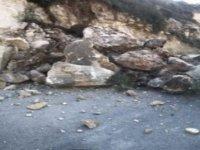 Limasol'da toprak kayması ! Bir araç kayaların altında kaldı