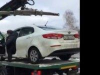 Aracını çekicinin üstünden kaçırdı (video)