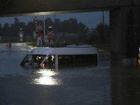 Adana'da su dolan işçi servisinde mahsur kalan 17 işçi kurtarıldı