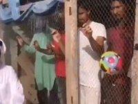 BAE futbol takımını tutmayan Hintli işçileri kafese kapatan patron tepki topladı