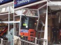 Parasını alamayan işçi otele kepçeyle daldı  (video)