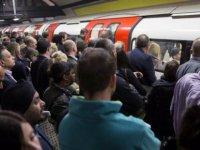 Porno yıldızı Londra metrosunda grup seks yaptı