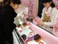 Sevgililer Günü: Japon kadınlar, erkek iş arkadaşlarına artık zorla çikolata almak istemiyor