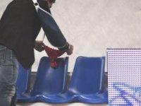 Maçı bırakan rakibinin sandalyesine kırmızı iç çamaşırı bıraktı