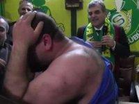 'Babo bu adam 5 yıl önce neredeydi?' deyip kıyafetini yırttı (Video)