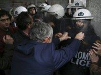 Yunanistan'da göstericiler bakanlığı bastı