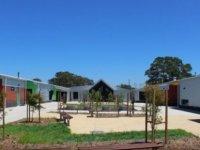 Öğrenciler Bu Sıcakta Klimasız Okulda Bina Gölgesinde Serinliyor