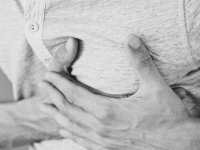 Aklımıza ilk kalp krizi geliyor ama... İşte göğüs ağrısının 5 nedeni