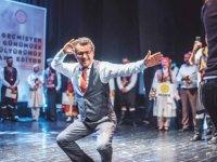 Erhürman, 8. Halk Dansları Şöleninde sahneye çıkıp halk dansları oynadı (Video)