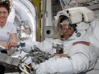 İki kadın astronotun birlikte yapacağı ilk uzay yürüyüşü 'kıyafet sıkıntısı' nedeniyle iptal edildi