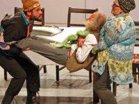"""Gazimağusa Belediye Tiyatrosu'nun """"Zurnanin Son Deliği"""" isimli  komedi oyunu tiyatroseverlerle buluştu"""