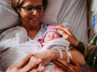 Nebraska'da bir anne eşcinsel oğlu için taşıyıcı anne oldu, torununu doğurdu