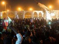 Sudan'da binlerce kişi, askerlerin kararlarını protesto ediyor