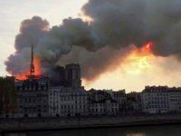 850 Yıllık Tarihi Notre Dame Katedrali'nde Yangın! (VİDEO)