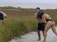 Kendisine bakarak mastürbasyon yapan adamı tekme tokat dövdü