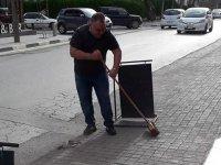 Denktaş'ı örnek aldı, süpürgeyi eline aldı ve Lefkoşa'da caddeyi süpürdü