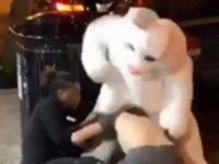 Sokakta bir kadının yumruklandığını gören 'Paskalya tavşanı'  olaya anında müdahale etti (Video)
