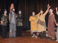 """""""Ayak Bacak Fabrikası"""" oyunu yarın akşam Lefkoşa'da son kez sahneleniyor"""