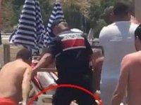 Plajda şortunu çıkardı linçten jandarma kurtardı