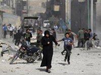 On binlerce Suriyeli Türkiye sınırına kaçıyor