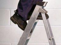 Başı merdivene sıkışan adam beş gün sonra kurtarıldı