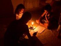 Bunun adı insanlık dramı: Çocuklar mum ışığında ödev yapıyor