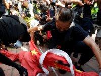 Hong Kong'da göstericiler hükümet binasından indirdikleri Çin bayrağını yaktı
