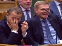 Danimarka parlamentosunda kahkaha tufanı: Fil ve en yakın dostu deveyi ayıramazdık (Video)