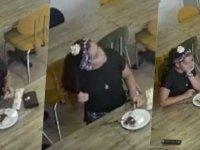 Yediği baklavayı ödememek için çantasıntan kıl çıkarıp tabağa koyan müşteri kamerada